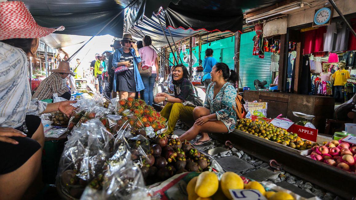 Maeklong Railway Market (Talad Rom Hub)