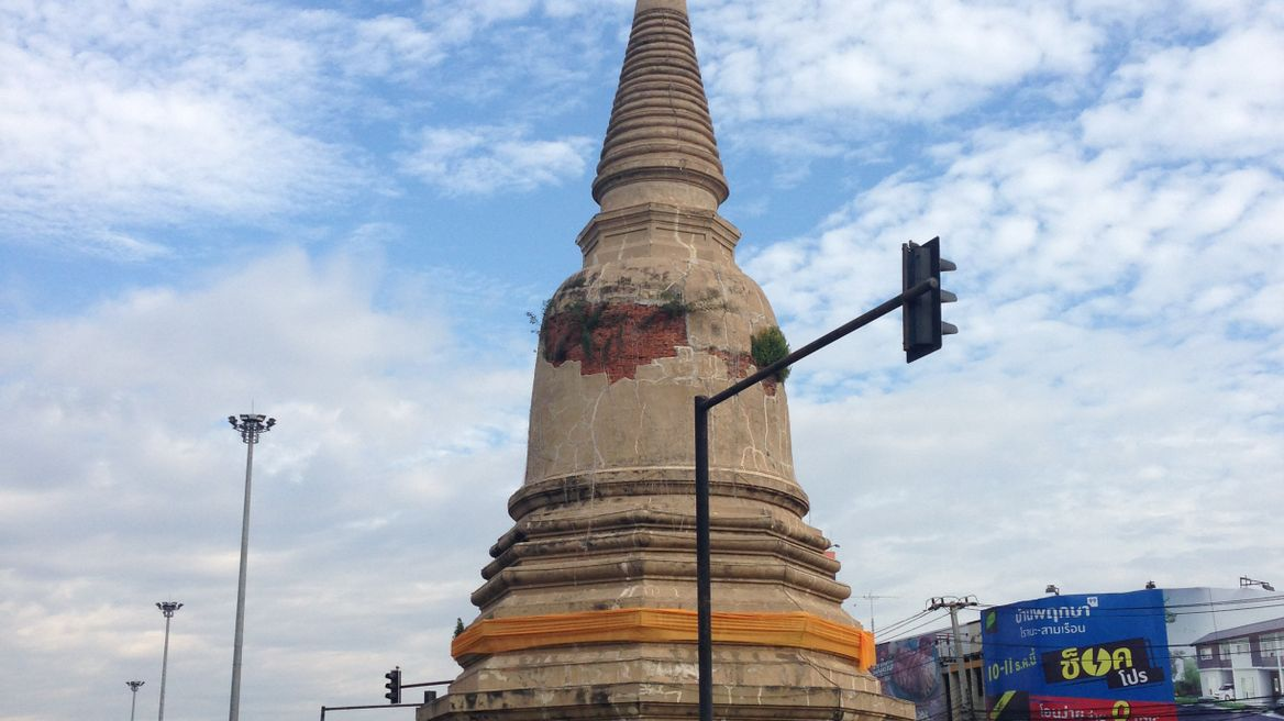 Chedi middle of the road (Ayutthaya city)