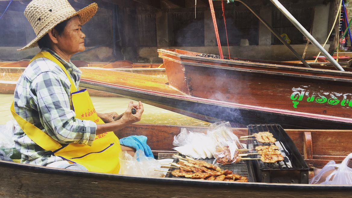 Lunch selling on the boat at floating market