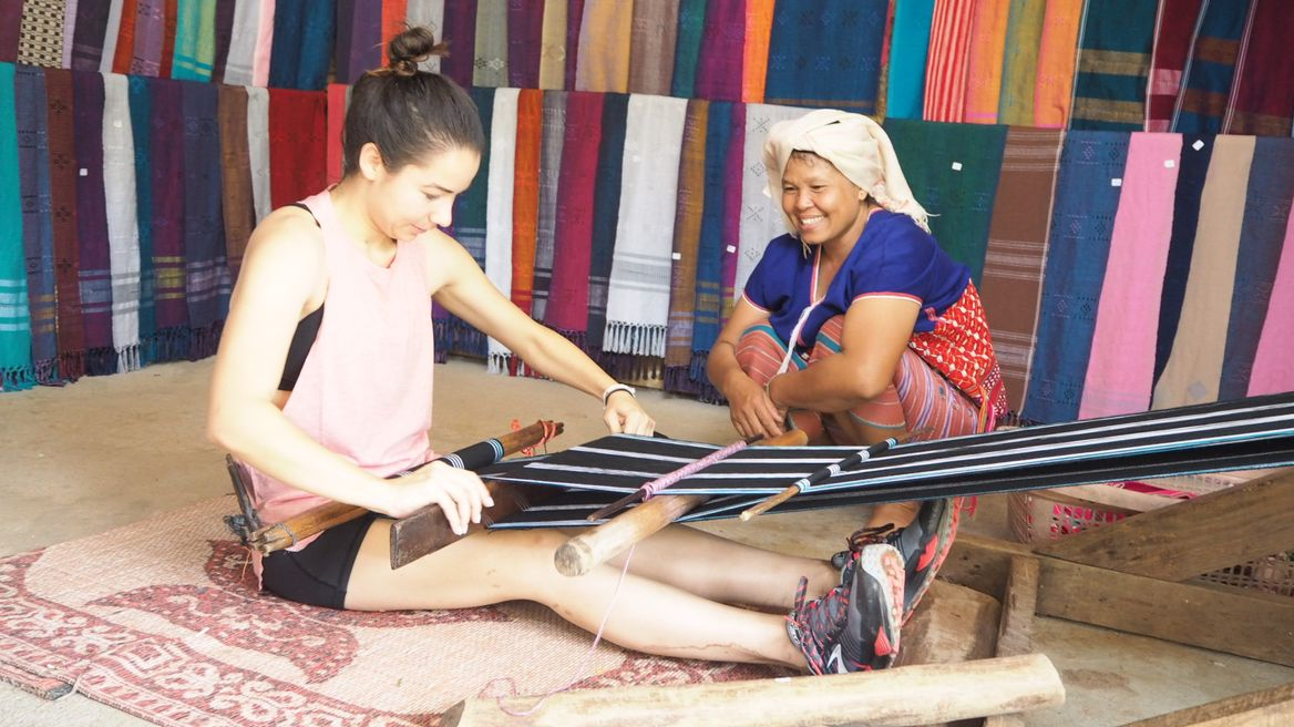 Learning to weave Karen cloth by handicraft