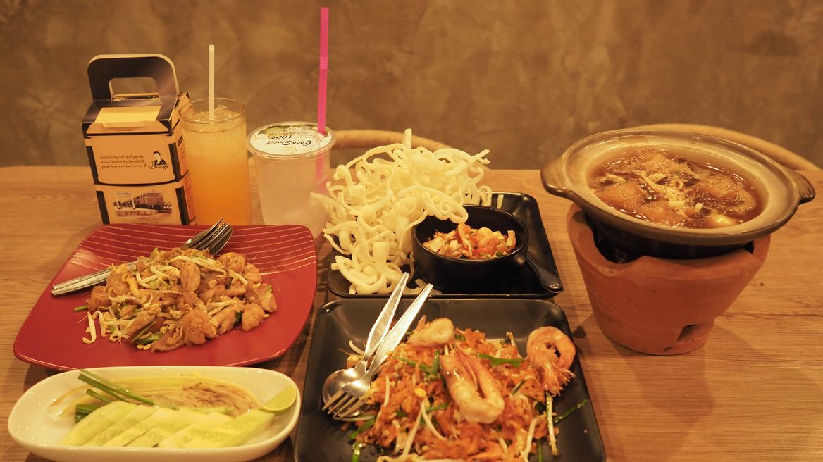 Standard set : Choose in standard menu -- 3 Main dish+1 Appetizer+1 Drink set+ Free Pad Thai instant noodle.