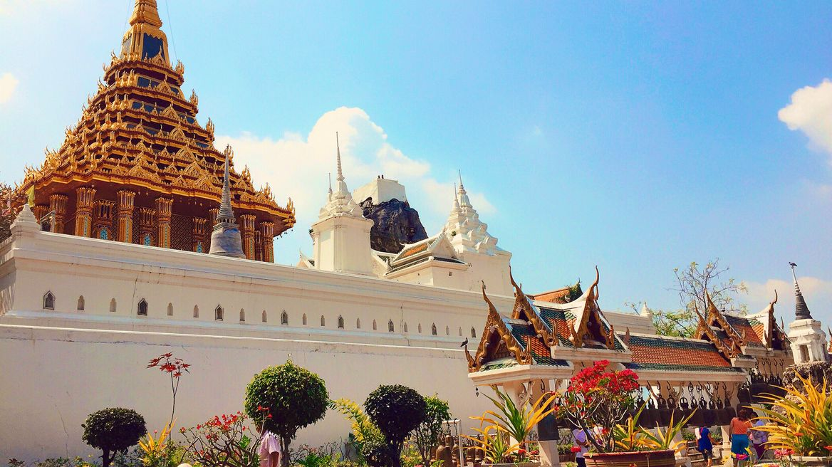 This station is Wat Phraputtabath. How beautiful you need to come and see indeed