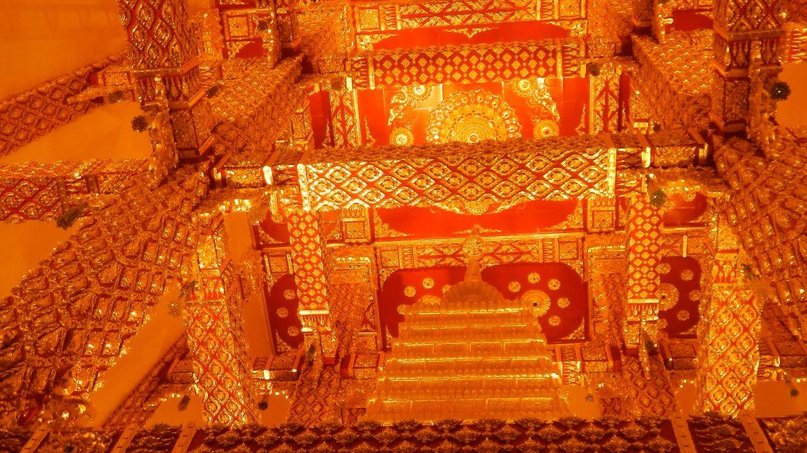 Inside Phratat nongbua.