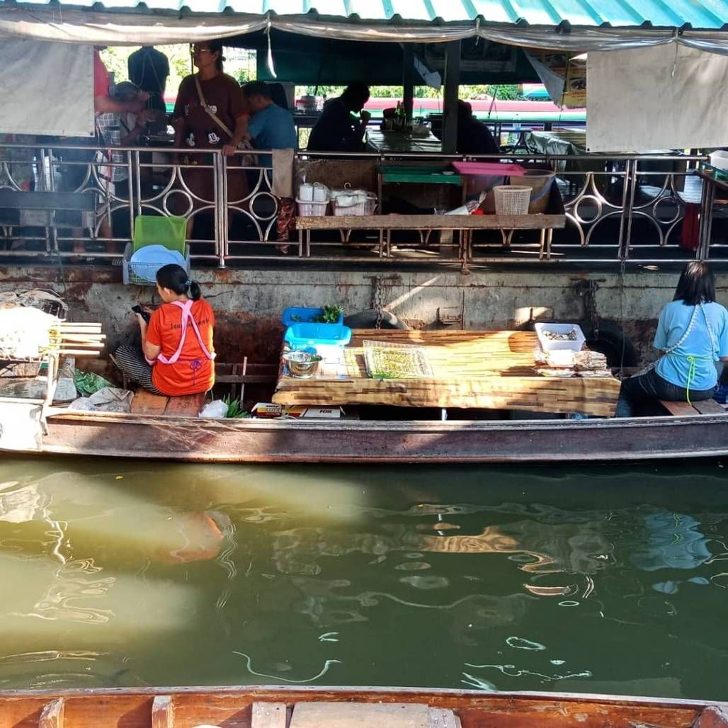 We arrive at Taling Chan floating market