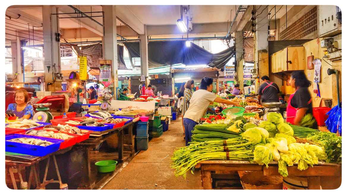 Lively fresh market, morning shopping can never be more exotic.