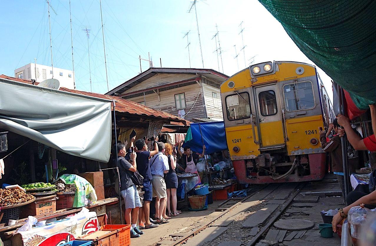 maeklong railway market samut songkhram