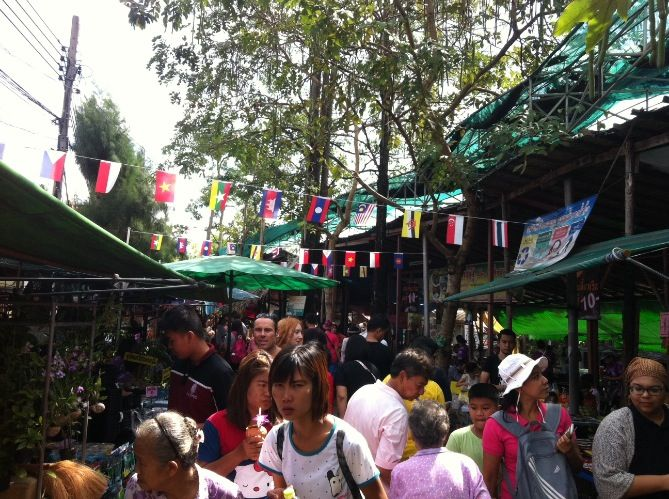 A quality time at a floating market of Bangkok's green lungs